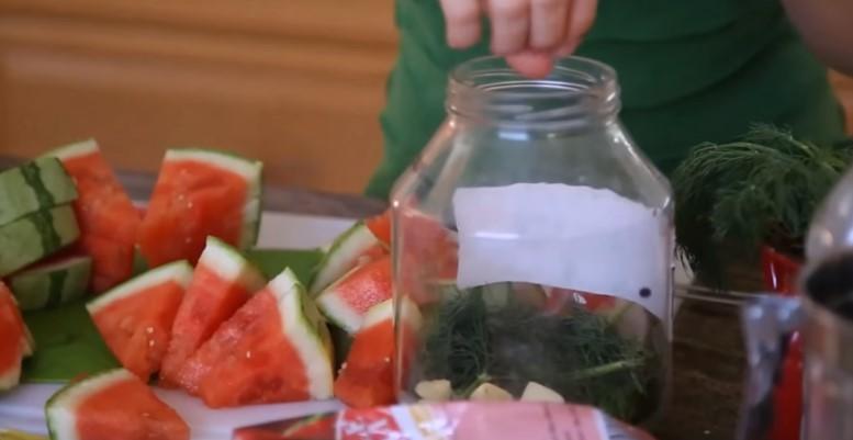 Соленый арбуз (квашеный, моченый) на зиму: пошаговые рецепты с фото, засолка в банках, бочках, ведрах, без стерилизации, кусочками, целиком